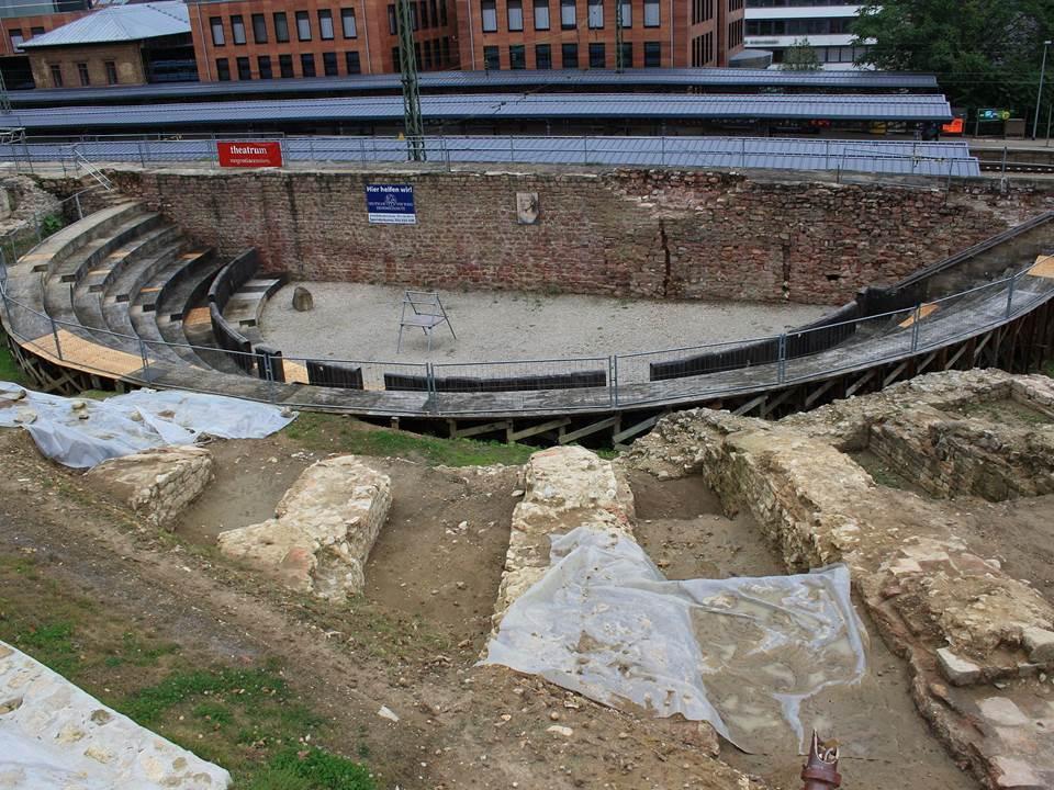Römisches Theater vergammelt - hier die Ausgrabungsstätte